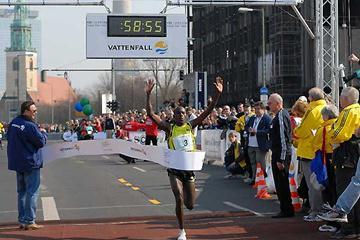 Patrick Makau Musyoki of Kenya wins in Berlin in a course record (Matthias Thiel / Vattenfall BERLIN HALF MARATHON)
