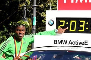 Patrick Makau showing off his World record figures in Frankfurt (photorun.net)