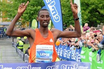 Tola Lema winning the 2013 Edinburgh Marathon (Lesley Martin - organisers)