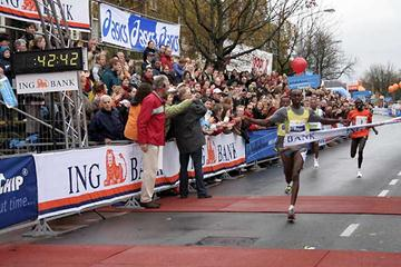 Micah Kogo wins the 23rd Zevenheuvelenloop at Nijmegen (The Netherlands)  Sunday November 17th 2006 (Rob Kleering)
