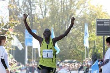 Philip Singoei celebrates winning the Eindhoven Marathon (Eindhoven)