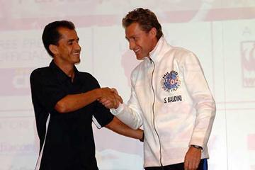 Vanderlei De Lima of Brazil meets Italy's Stefano Baldini (Lorenzo Sampaolo)