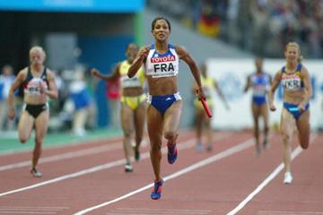 Christine Arron anchors France's 4x100m relay to gold (Getty Images)