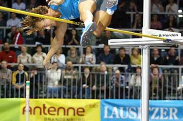 Tim Lobinger clears 5.80m in Cottbus (Olaf Moeldner)