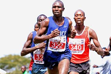 Geoffrey Kamworor leading at the 2016 IAAF Permit/Athletics Kenya National Cross Country meeting (David Ogeka)
