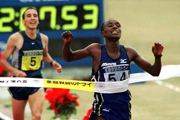 Gezahegne Abera wins the 1999 Fukuoka Marathon (Getty Images / AFP)