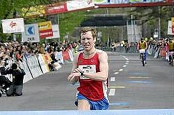 Oleg Kulkov of Russia winning the Zurich Marathon in 2:11:15 (Gunther Schiffmann/swiss-image.ch)