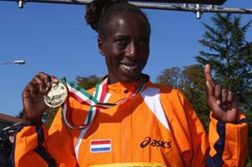 Lornah Kiplagat of the Netherlands celebrates her gold medal (Getty Images)