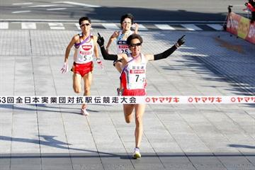 Ryoji Matsushita of Fujitsu kicks to a narrow victory at the 2009 New Year Ekiden in Maebashi (Kazutaka Eguchi/Agence SHOT)