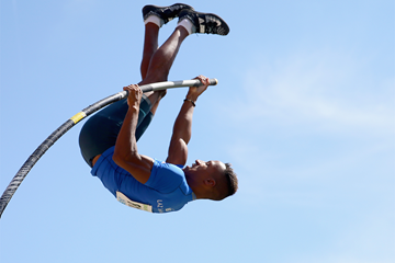 Raphael Holzdeppe on his way to winning the German pole vault title (Getty Images)