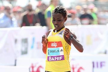 Worknesh Degefa Debele winning at the 2014 EDP Lisbon Half Marathon (Andrew McClanahan / organisers)