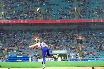 Sergey Makarov throwing at the 2000 Olympic Games (Getty Images)