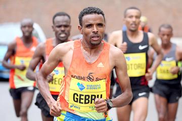 Girmay Birhanu leads the men's race (Photorun.net)
