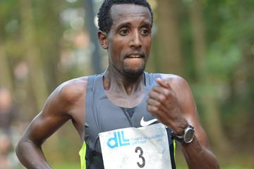 Tilahun Regassa en route to winning the 2014 De Lage Landen Marathon Eindhoven (organisers / Erik van Leeuwen)