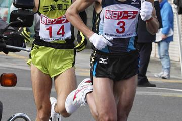 Morocco's Adil Annani leads Seiji Kobayashi in the 58th Beppu-Oita Marathon (AFP / Getty Images)