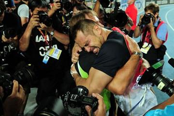 An emotional Koji Murofushi celebrates winning gold in the Hammer Throw (Getty Images)