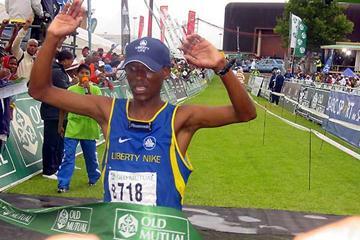 Tsotang Maene (Lesotho) win the 2005 Soweto Marathon (Mark Ouma)