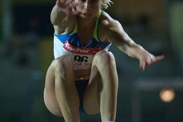 Oksana Udmurtova flies through the air in Padua (Lorenzo Sampaolo)