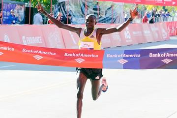 Kenya's Dennis Kimetto smashes the course record in Chicago with 2:03:45 (Getty Images)