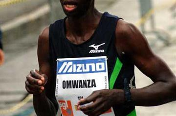 Beatrice Omwanza on her way to 2005 Turin Marathon win (Lorenzo Sampaolo)