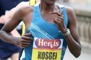 Rose Kosgei defending her title at the 2010 Hervis Prague Half Marathon (Victah Sailer)