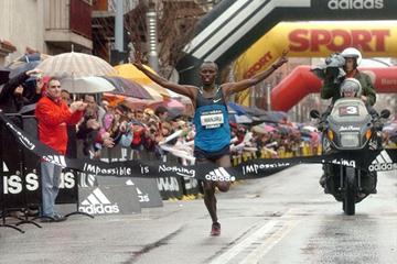 Kenya's Samuel Wanjiru wins the 2009 Half Marathon in Granollers, Spain (R.Ferrandis/El 9 Nou)