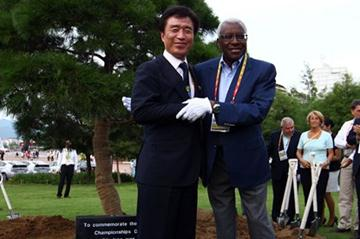 Mayor Kim Bum-il and IAAF President Diack at the tree planting in Daegu (Getty Images)