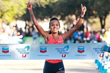 Biruktayit Degefa Eshetu winning the 2016 Chevron Houston Marathon (Victah Sailer / organisers)