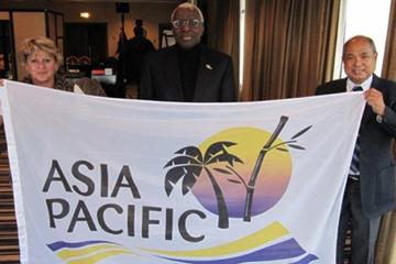 The new flag of the Asia-Pacific team to compete at the Continental Cup unveiled by Lamine Diack, with Asia Honorary Secretary Maurice Nicholas and Executive Director of Oceania Yvonne Mullins (IAAF.org)