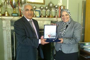 Malek El Hebil (IAAF) presents IAAF plaque to Dr Saffya Hamdy Abdurrahman the Dean of the Heelwan Faculty of Sport and Physical Education (Cairo) (IAAF.org)