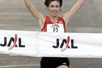 Svetlana Zakharova (RUS) wins the women's race at the 2009 Honolulu Marathon (organisers)