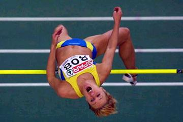 Kajsa Bergqvist (SWE) jumping in the 2002 European Indoor Championships (Getty Images)