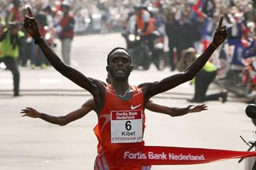 Duncan Kibet finishes his sensational 2:04:27 in the 2009 Rotterdam Marathon (John de Pater)