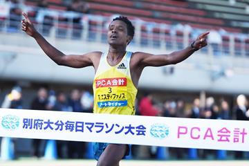 Tewelde Estifanos wins at the 2015 Beppu-Oita Marathon (Getsuriku/Toshihide Higuchi)