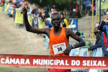 Nicholas Korir takes victory in 2009 Amora International XC (Marcelino Almeida)