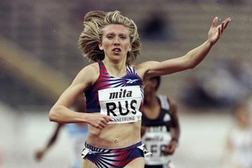 Svetlana Masterkova wins the 1500m at the 1998 IAAF World Cup (Getty Images)