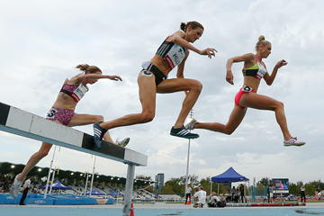 Madeline Hills (centre) on her way to winning the 3000m steeplechase in Melbourne (Getty Images)