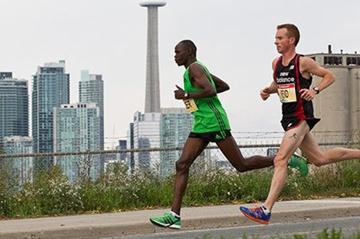 Stephen Chelimo pacing Reid Coolsaet in the 2011 Toronto Waterfront Marathon (Scotiabank Toronto Waterfront Marathon)