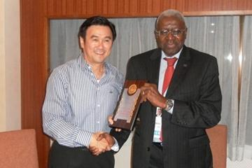 IAAF President Lamine Diack with Mr. Tang Weng Fei, the new president of the Singapore Athletics Association, at the dinner hosted by the SAA for the IAAF Delegates during the Youth Olympic Games (Imre Matrahazi)