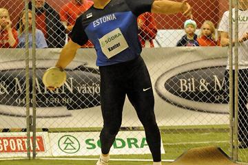 Gerd Kanter unleashes his 69.51m throw in Växjö, the farthest ever indoors (Hasse Sjögren)