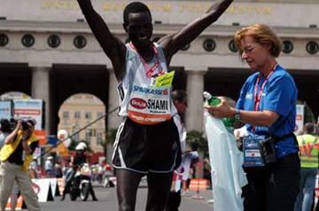 Mubbarak Shami (Qatar) wins the 2005 Vienna marathon men's race (Florian Batschi/Vienna marathon)