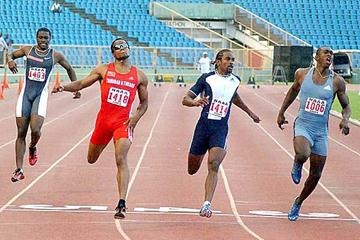 Ato Boldon, clutching his thigh, wins the men's 100m at the Trinidad and Tobago nationals (R. Taylor - Trinidad Express)