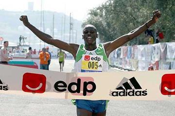 Robert Kipchumba takes the tape at the EDP Lisbon Marathon (Marcelino Almeida)