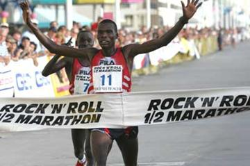 Haron Toroitich wins 2004 Rock 'n' Roll Half Marathon (Victah Sailer)