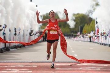 Artur Kozlowski winning at the 2016 Orlen Warsaw Marathon (2016 Orlen Warsaw Marathon)