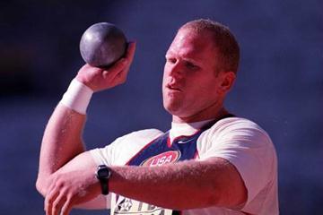 Defending World Champion John Godina prepares to throw (© Allsport)