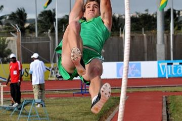 Cheyne Rahme vaulting the the African junior title in the pole vault (Clyde Koa Wing)