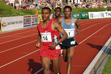 Kenenisa Bekele takes a short turn at the front in the Hengelo 10,000m (Detlef Moritz Abebe)