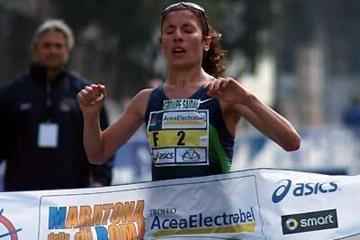 Souad Ait Salem from Algeria wins the Rome Marathon (Lorenzo Sampaolo)