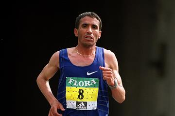 Abdelkader El Mouaziz in the 2001 London Marathon (Getty Images)